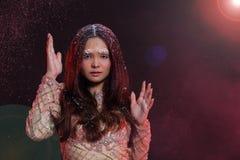 Vrouw met Gllitter-Sneeuwvlok op donkere achtergrond Stock Afbeelding