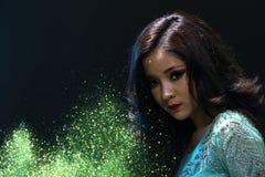 Vrouw met Gllitter-Sneeuwvlok op donkere achtergrond Royalty-vrije Stock Afbeeldingen