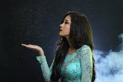 Vrouw met Gllitter-Sneeuwvlok op donkere achtergrond Stock Afbeeldingen