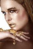 Vrouw met goud royalty-vrije stock afbeeldingen