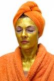 Vrouw met gouden gezichtsmasker stock afbeelding