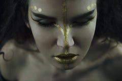 Vrouw met gouden samenstelling Stock Afbeelding