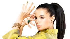 Vrouw met gouden spijkers en edelsteensmaragd Royalty-vrije Stock Foto's