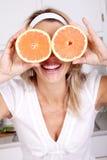 Vrouw met grapefruits Royalty-vrije Stock Foto