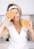 Vrouw met grapefruits Stock Afbeeldingen