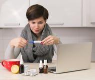 Vrouw met griep Stock Afbeelding