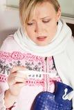 Vrouw met griep die haar temperatuur vergt royalty-vrije stock afbeeldingen