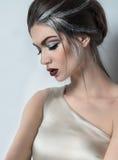 Vrouw met grijze make-up stock afbeeldingen