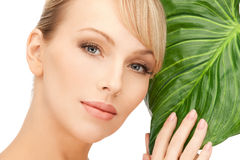 Vrouw met groen blad Stock Foto