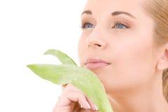 Vrouw met groen blad stock afbeeldingen
