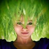 Vrouw met groen grashaar Stock Foto's
