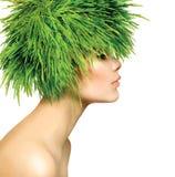 Vrouw met Groen Grashaar Royalty-vrije Stock Afbeeldingen