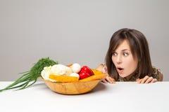 Vrouw met groen veganistvoedsel Verrassingsemotie Stock Afbeeldingen
