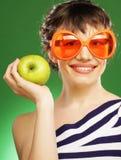 Vrouw met groene appel royalty-vrije stock afbeelding