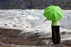 Vrouw met Groene Paraplu door Gletsjer royalty-vrije stock afbeelding