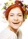 Vrouw met groot kapsel en bloemen in haar haar Royalty-vrije Stock Afbeeldingen