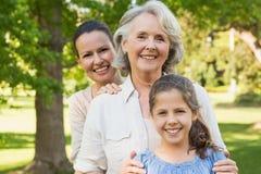 Vrouw met grootmoeder en kleindochter bij park Royalty-vrije Stock Afbeeldingen