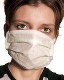 Vrouw met grote groene ogen die medisch masker dragen Stock Foto's