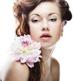 Vrouw met grote roze bloemen Stock Foto's