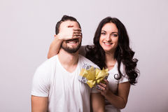 Vrouw met grote toothy de vriendenogen die van de glimlachholding hem een heden geven voor de dag van Valentine Royalty-vrije Stock Fotografie