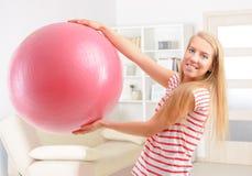 Vrouw met gymnastiekbal stock fotografie