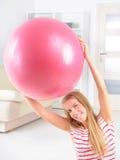 Vrouw met gymnastiekbal stock foto's