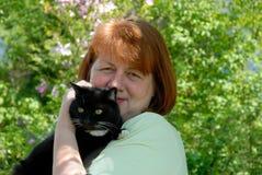 Vrouw met haar aardige kat Stock Foto's