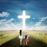 Vrouw met haar dochter die een kruis bekijken royalty-vrije stock foto