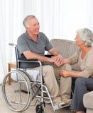 Vrouw met haar echtgenoot in een rolstoel Royalty-vrije Stock Foto