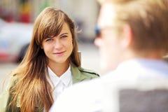 Vrouw met Haar Eerste Datum in openlucht Stock Afbeeldingen