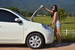 Vrouw met haar gebroken auto Stock Foto's
