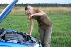 Vrouw met haar gebroken auto. royalty-vrije stock afbeelding