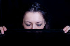 Vrouw met haar gesloten ogen het houden van sluier Royalty-vrije Stock Foto