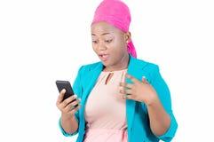 Vrouw met haar in hand die telefoon wordt verrast Royalty-vrije Stock Foto