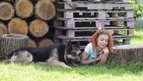 Vrouw met haar mooie hond die in openlucht rusten stock videobeelden