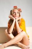 Vrouw met haar-rollen Stock Foto
