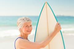Vrouw met haar surfplank bij het strand royalty-vrije stock afbeeldingen