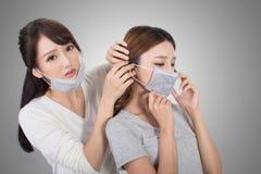 Vrouw met haar vrienden met masker stock fotografie