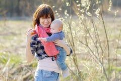 Vrouw met haar weinig babyjongen Stock Afbeelding