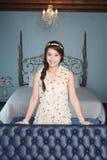 Vrouw met in haar woonkamer Royalty-vrije Stock Afbeeldingen