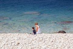 Vrouw met haar zoon op het strand, Georgische Baai, stock foto