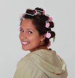 Vrouw met haarkrulspelden stock foto's