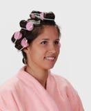 Vrouw met haarkrulspelden royalty-vrije stock afbeelding