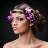 Vrouw met hairband en bloemen royalty-vrije stock foto