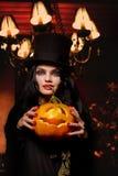 Vrouw met Halloween pompoen royalty-vrije stock afbeeldingen