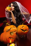 Vrouw met Halloween-pompoen stock foto