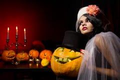 Vrouw met Halloween pompoenen stock foto's