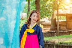 Vrouw met Hanbok, de traditionele Koreaanse kleding Stock Fotografie