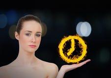 vrouw met hand omhoog met het pictogram van de klokbrand over Donkere bokehachtergrond Stock Afbeeldingen