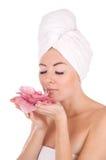Vrouw met handdoek en bloem Stock Foto